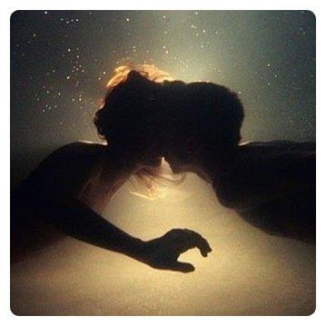 Et mes rêves s'accrochent à tes phalanges, je t'aime trop fort ça te dérange. Et mes rêves se brisent sur tes phalanges, je t'aime trop fort. Mon ange, mon ange.♫